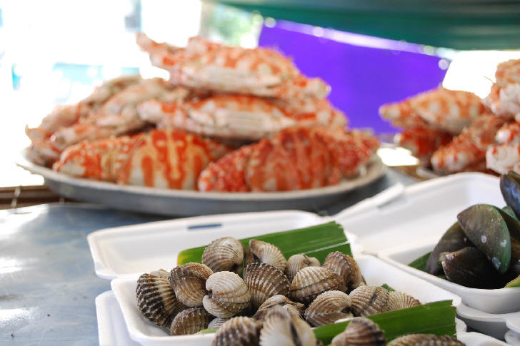 Grilled blood cockles and mussels at Taling Chan Floating Market