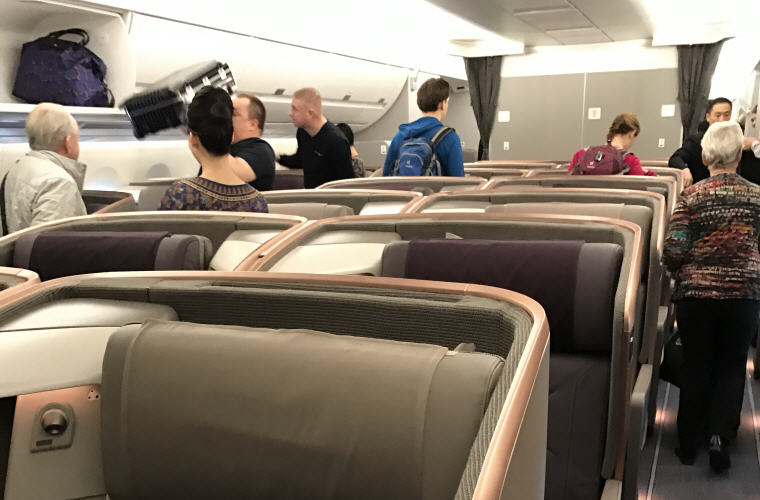 Roomy no overhead compartment in middle section