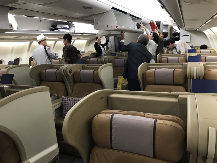 2-2-2 seat configuration, SQ 656 A330 Business Class