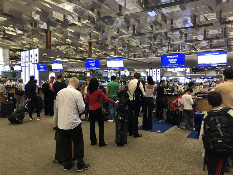 Long queues, SQ 656 A330 Business Class Check-in Counters