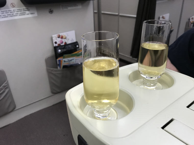 Welcome drink, SQ 656 A330 Business Class Singapore - Fukuoka