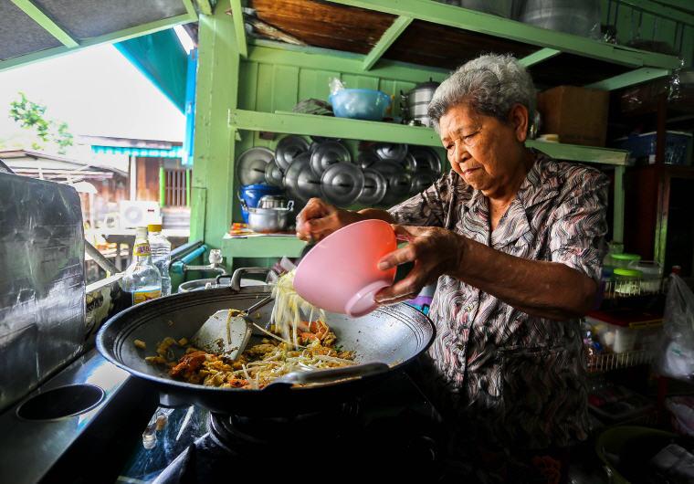 Cooking Pad Thai with local grandma at Khlong Lat Mayom Floating Market in Bangkok