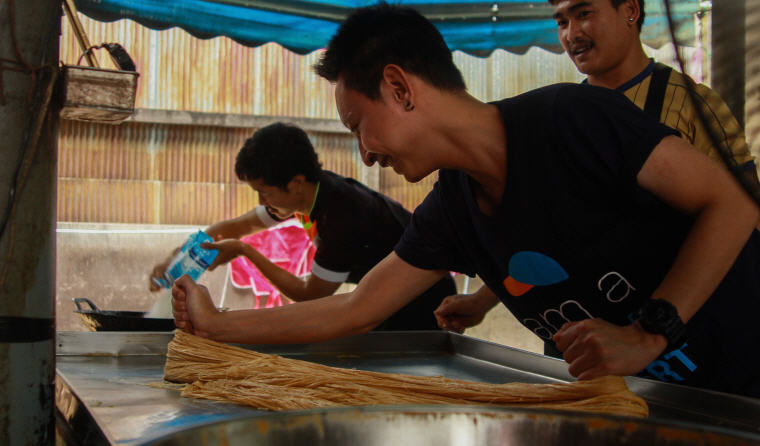 Making cotton candy with locals in Ayutthaya, Best Day Trips from Bangkok: 6 Insider's Tips by Local Experts