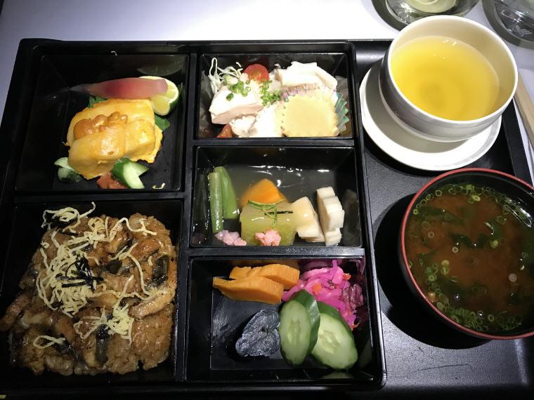 Hanaroireki main dinner set, SQ 633 A350 Business Class Experience Tokyo - Singapore