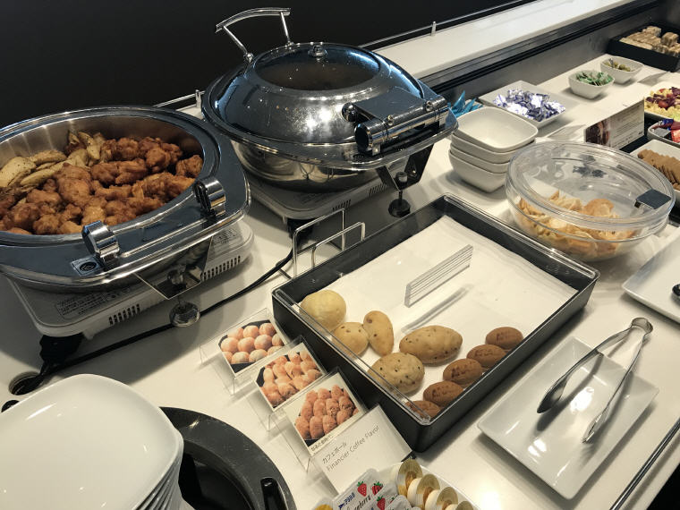 Hot food selection, ANA Lounge, SQ 633 A350 Business Class Experience Tokyo - Singapore