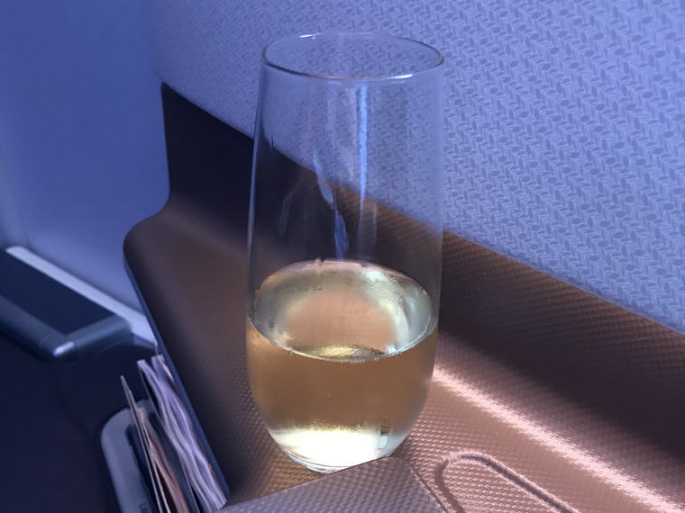 Welcome drink, SQ 633 A350 Business Class Experience Tokyo - Singapore