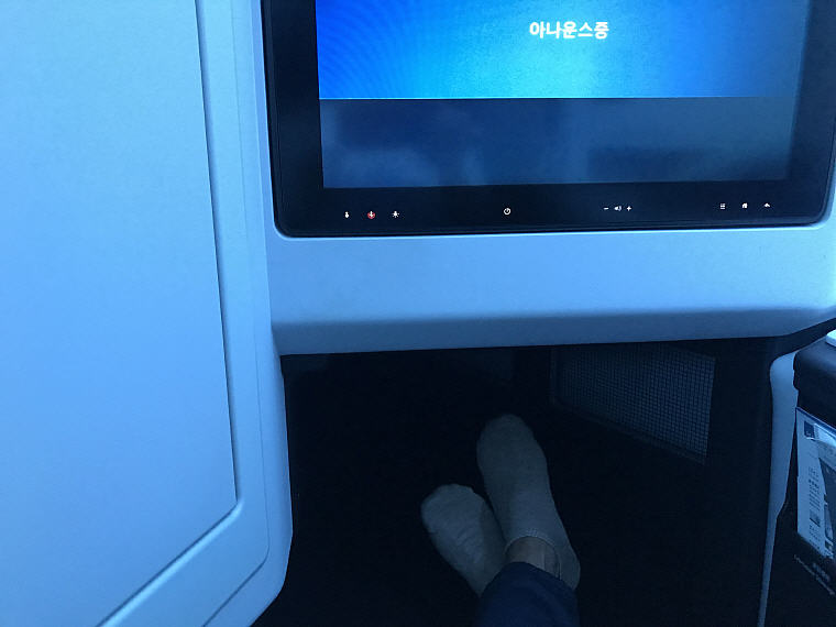Foot Rest, Seat 9K, JAL SKY SUITE 777 Business Class
