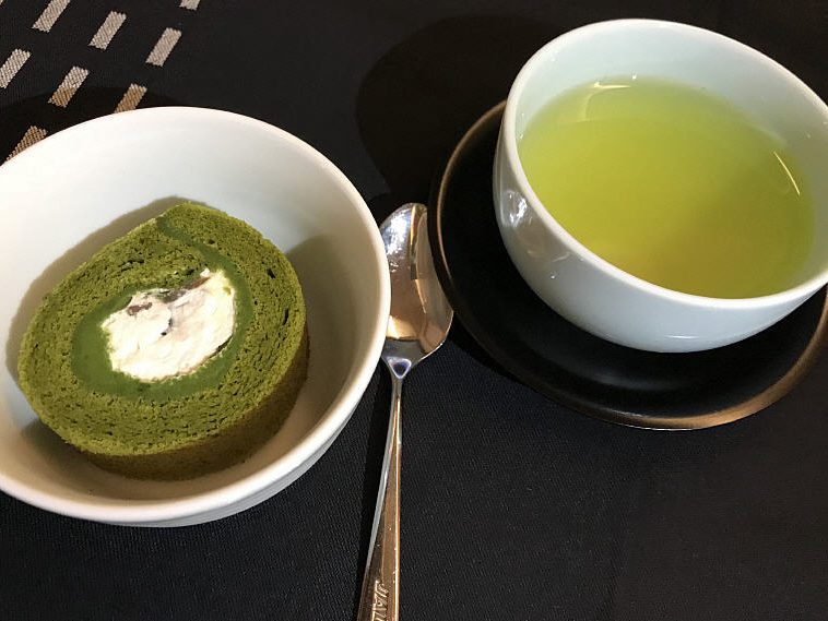 Matcha Green Tea Swiss Roll & Green Tea, JAL SKY SUITE 777 Business Class